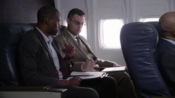 gente de negocios trabajando en vuelo de avión video