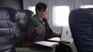 mujer de negocios, utilizar, computadora de computadora portátil, en, avión video