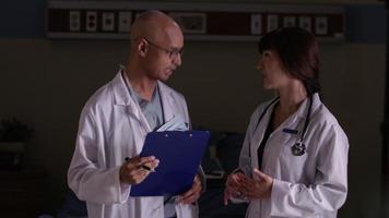 dois médicos discutem no hospital video