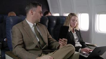 comissário de bordo falando com passageiros de avião video