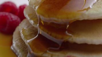 hälla sirap på pannkakor, närbild video