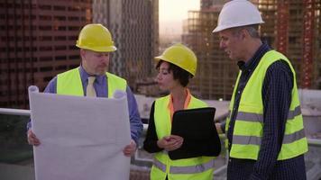 trois architectes examinent ensemble les plans video