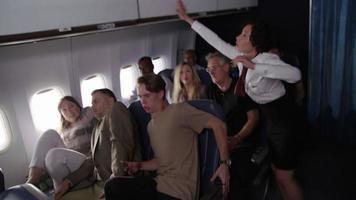 il panico dei passeggeri sul volo di linea colpisce la turbolenza video