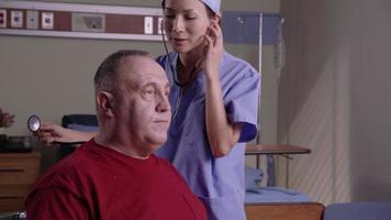 hombre mayor es examinado en el hospital video