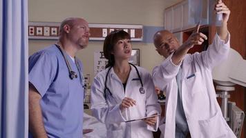läkare tittar på röntgenstrålar tillsammans video