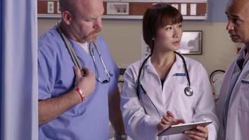 medische professionals kijken samen naar digitale tablet video