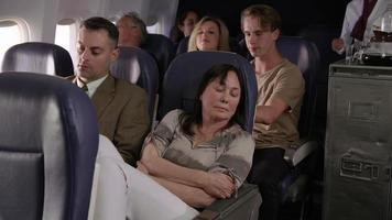 donna che cerca di dormire in aereo video