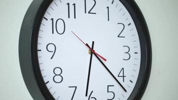 4k time lapse shot de clock se movendo rápido no escritório de negócios video