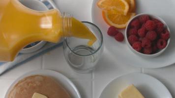verser un verre de jus d'orange au petit déjeuner en super slow motion, tourné sur fantôme flex 4k video