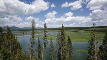4k time lapse shot de nuages sur le parc national de Yellowstone video