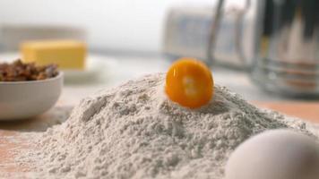 ovo caindo na farinha em câmera super lenta, filmado no phantom flex 4k video