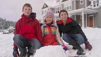 retrato de três crianças com neve no inverno video