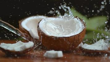 água de coco espirrando em câmera super lenta, filmado com phantom flex 4k video