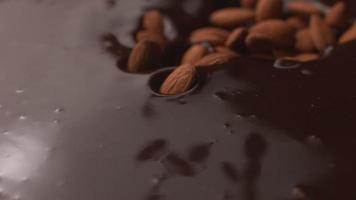 amêndoas caindo no chocolate em câmera super lenta, filmadas no phantom flex 4k video