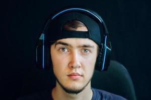 Retrato de serpentina de jugador con auriculares mirando a la cámara foto