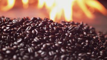 grains de café torréfiés en super slow motion, tournés sur un flex fantôme 4k video