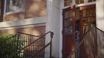 dos estudiantes universitarios en el campus bajando las escaleras video