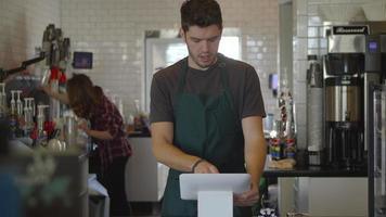 hombre trabajando en cafeteria video