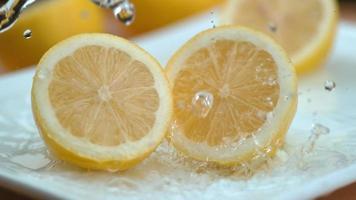 éclaboussures d'eau sur les citrons en super ralenti, tourné avec un flex fantôme 4k video