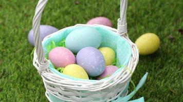close-up de menina colocando ovos de páscoa na cesta video
