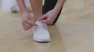 Primer plano de zapato atado en el gimnasio video