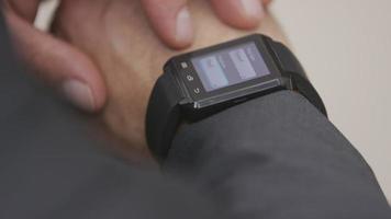 Geschäftsmann mit Smartwatch, Nahaufnahme video