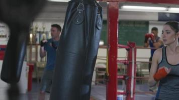 Mujer trabajando en el gimnasio de boxeo video