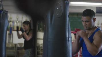 Hombre trabajando en el gimnasio de boxeo video