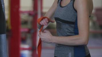 Mujer en el gimnasio de boxeo envuelve las manos video