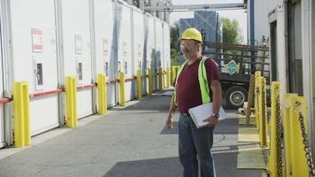 motorista de caminhão na instalação de transporte. totalmente liberado para uso comercial. video