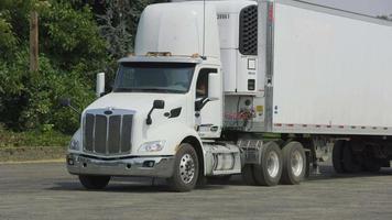 semi caminhão dirigindo no armazém. totalmente liberado para uso comercial. video