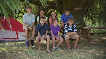 crianças em acampamento de verão tiram foto de grupo video