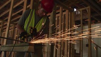 byggnadsarbetare slipa metall och göra gnistor video