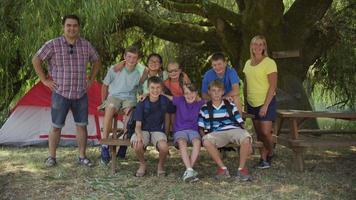 foto de grupo de crianças em acampamento de verão com líderes video
