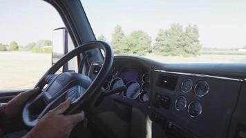 tiro interior do motorista do caminhão dirigindo um caminhão semi. totalmente liberado para uso comercial. video