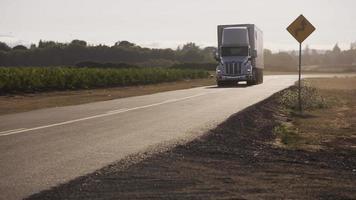semi caminhão dirigindo na estrada rural. totalmente liberado para uso comercial. video