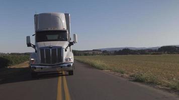 conducción de camiones semi en caminos rurales. totalmente lanzado para uso comercial. video