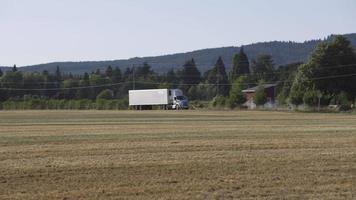 semi lastbilskörning på lantlig väg. helt släppt för kommersiellt bruk. video