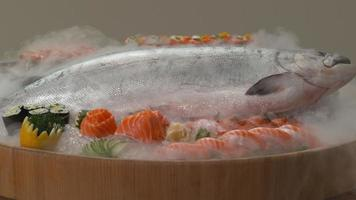variété de sushis frais et saumon entier sur glace. video