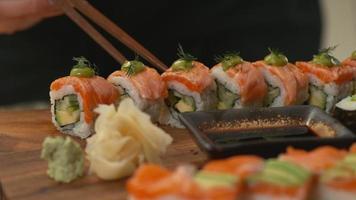 tremper les sushis dans la sauce soja video