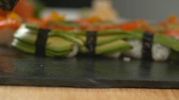 rouleaux de sushi au super ralenti, tournés avec un flex fantôme 4k video