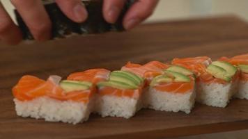 chef de sushi préparant des rouleaux de sushi video