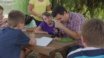 Kinder in der Outdoor-Schule lernen die Natur kennen video
