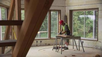 trabajador de la construcción trabajando en remodelación video