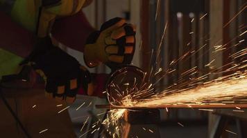 byggnadsarbetare slipa metall och göra gnistor, närbild video