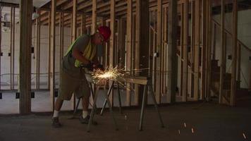 byggnadsarbetare slipar metall och gör gnistor, slow motion video