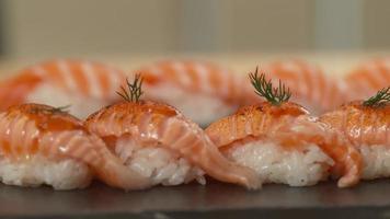 assiette de sushis préparés, gros plan panoramique video