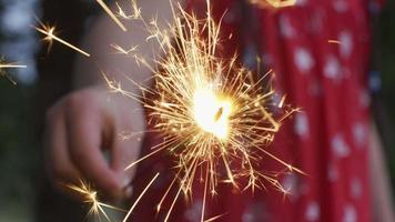 Closeup Aufnahme von Mädchen mit Wunderkerze Feuerwerk am 4. Juli Feier. video