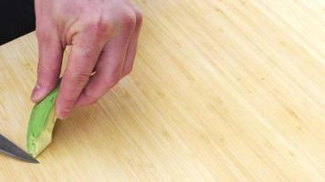chef de sushi cortando abacate video
