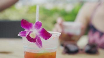 Nahaufnahme von tropischen Getränken an der Bar im Freien in hawaii video